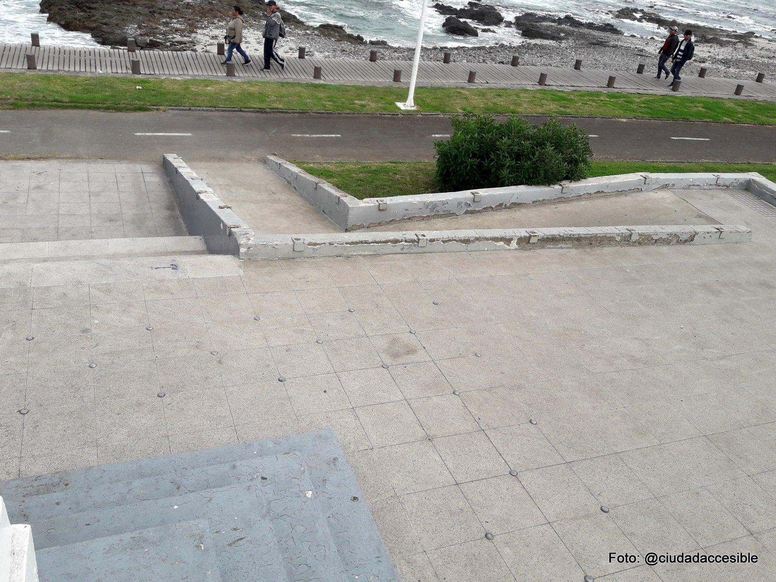 Rampa de circulación desde la Plaza Cristóbal Colón hacia el borde costero sin conexión peatonal llegando a la ciclovía