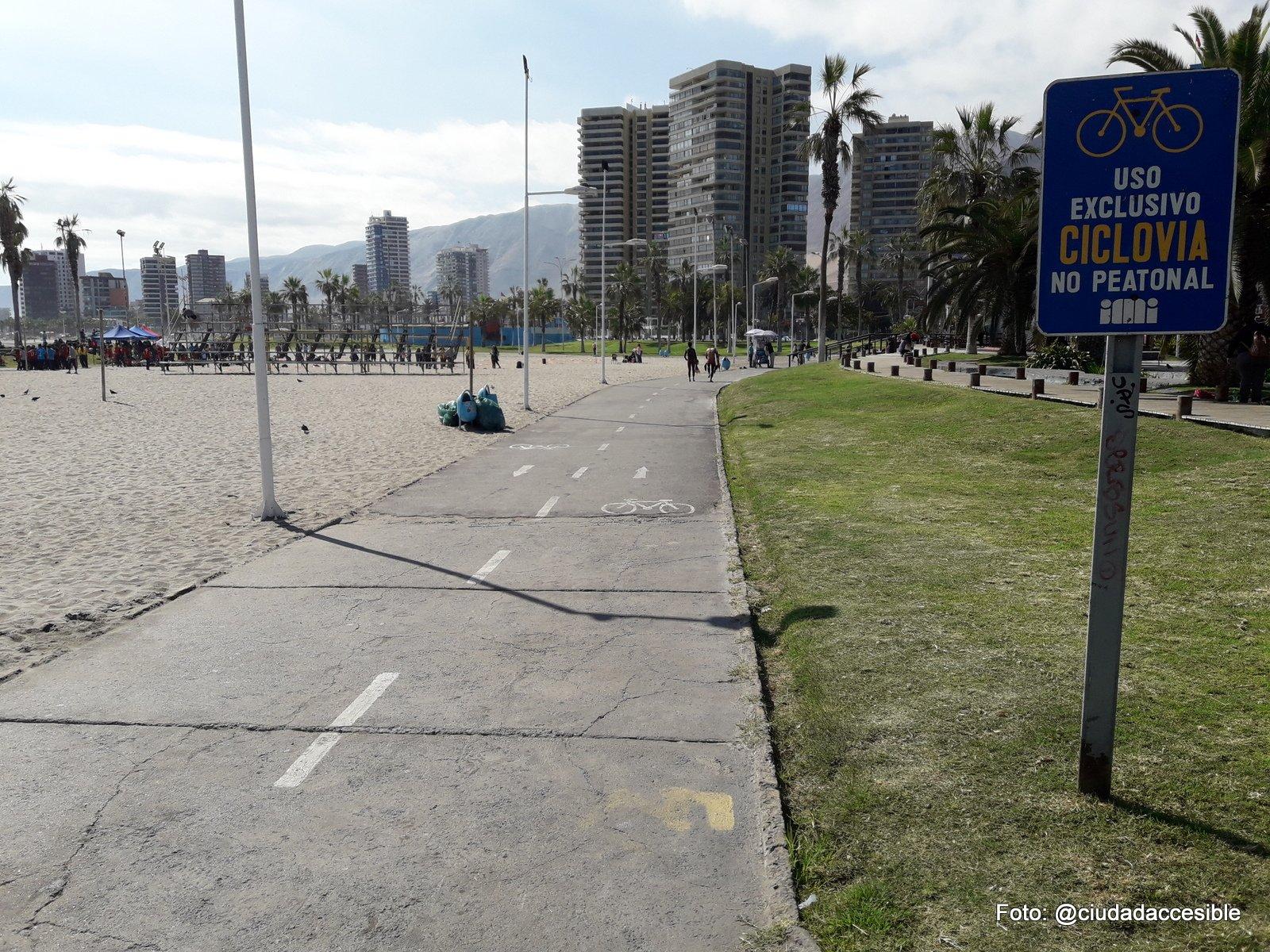 ciclovía en borde costero con señalización que indicaUso exclusivo ciclovía no peatonal
