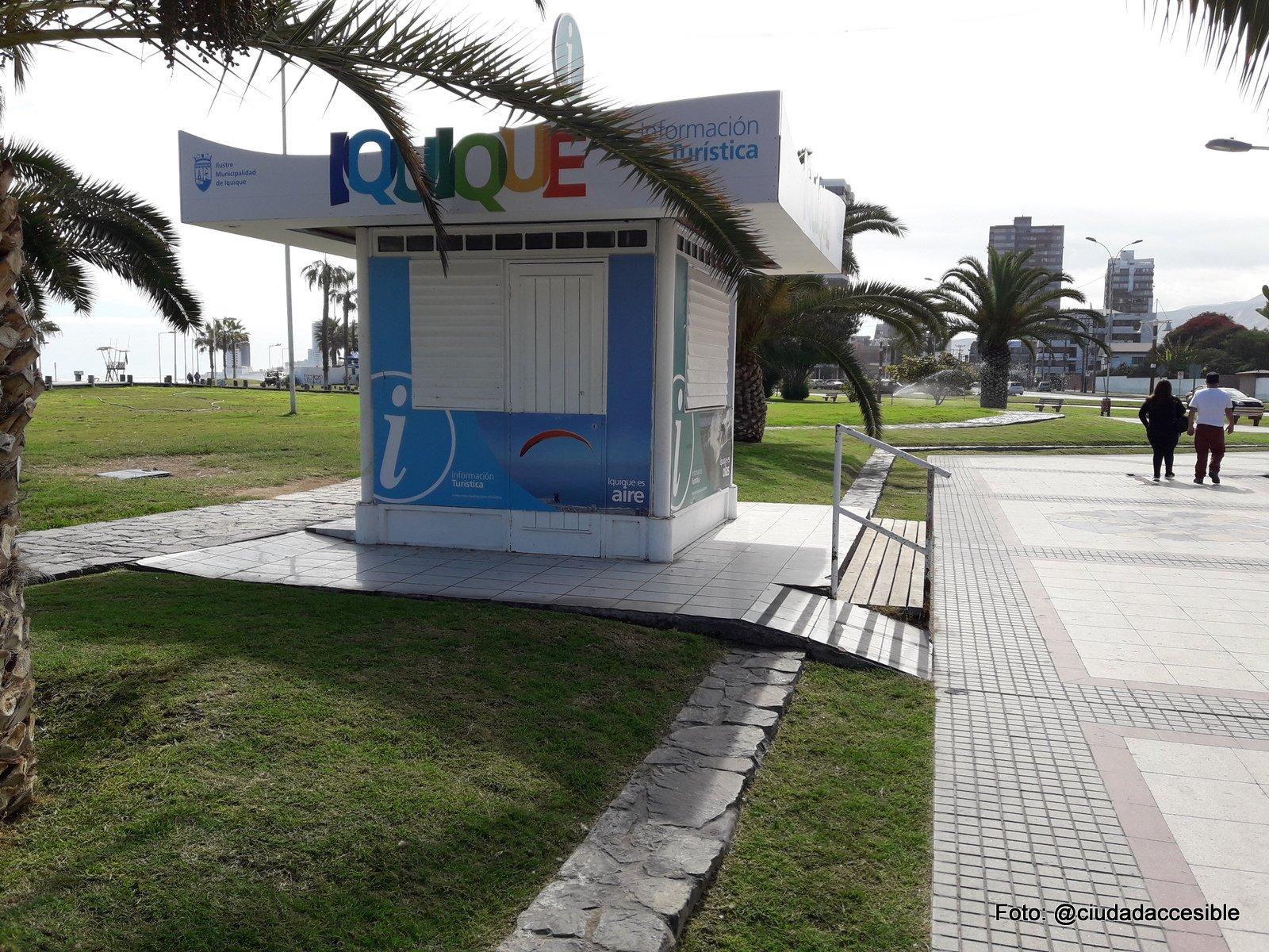 kiosko de información turística con una rampa de alta pendiente