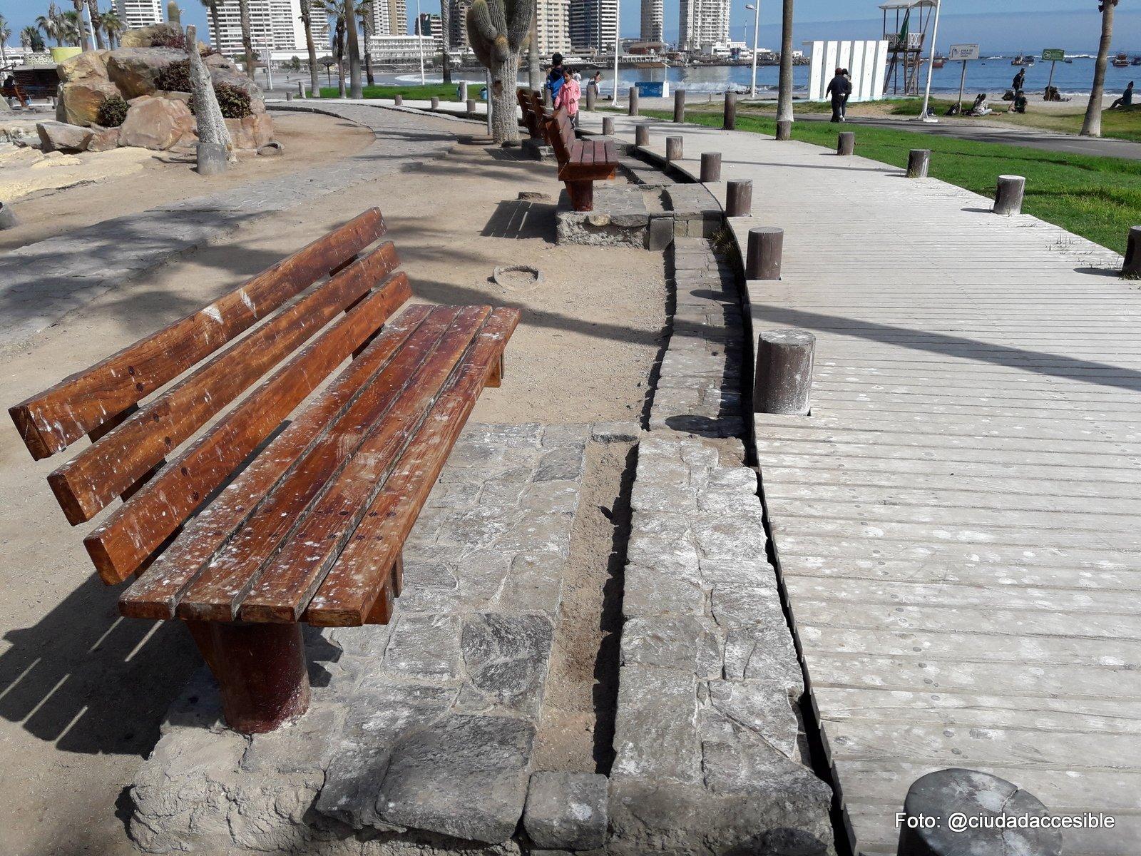 asiento a un costado del deck de madera desconectado de la ruta
