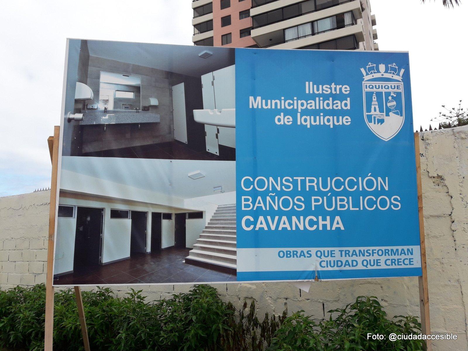 letrero que informa construcción de baños públicos en cavancha