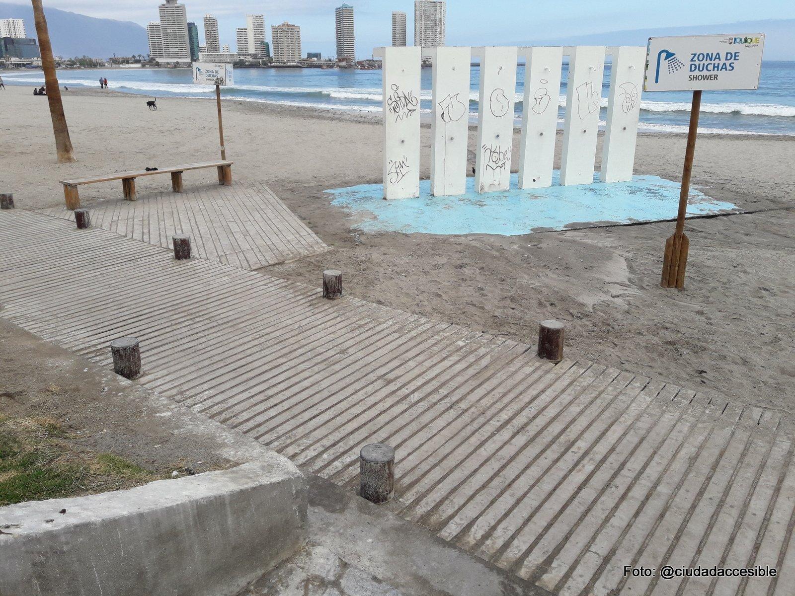 duchas en el exterior sobre la playa