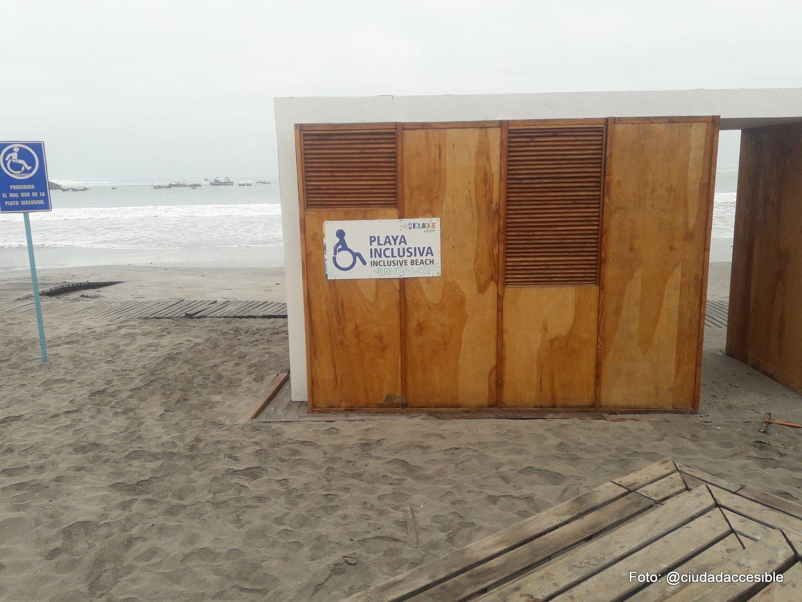 se ve una construcción de madera con el letrero playa inclusiva