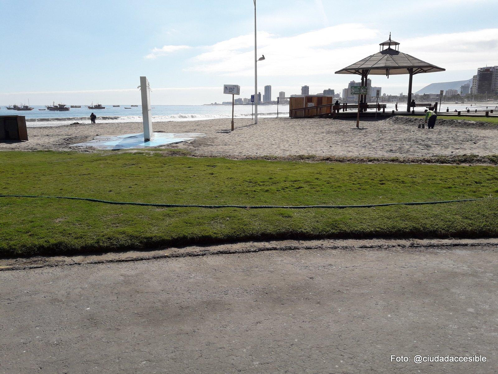duchas en la playa cercanas al sector que se indica como playa inclusiva