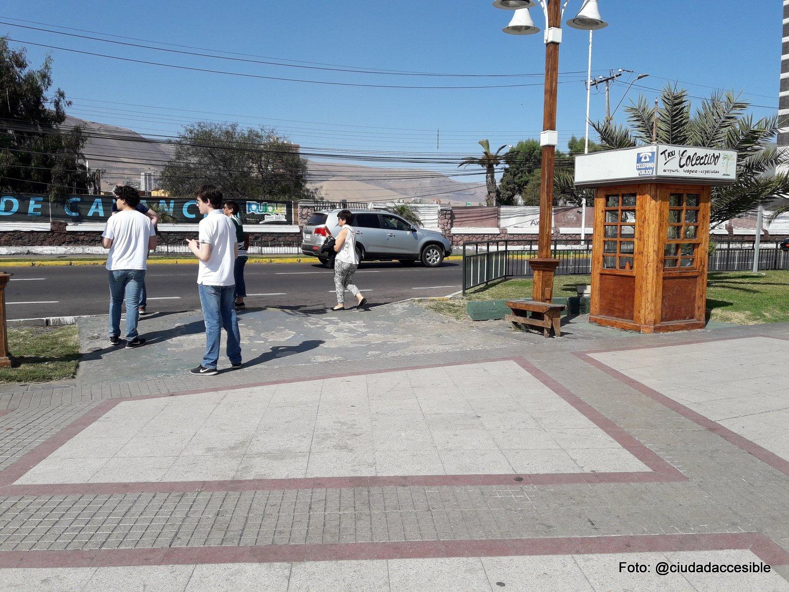 sector con personas que esperan locomoción de colectivos y taxis