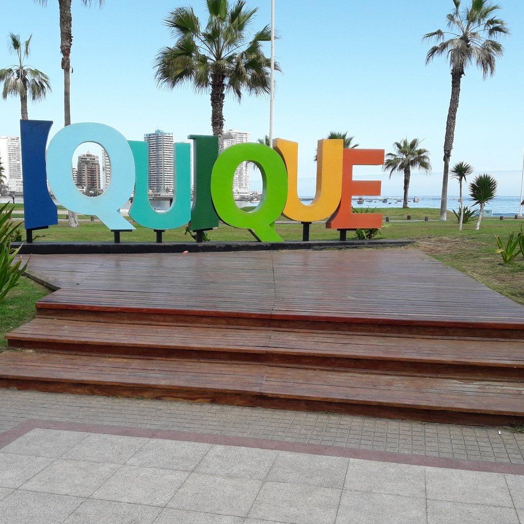 letras de colores sobre una plaza donde se lee iquique