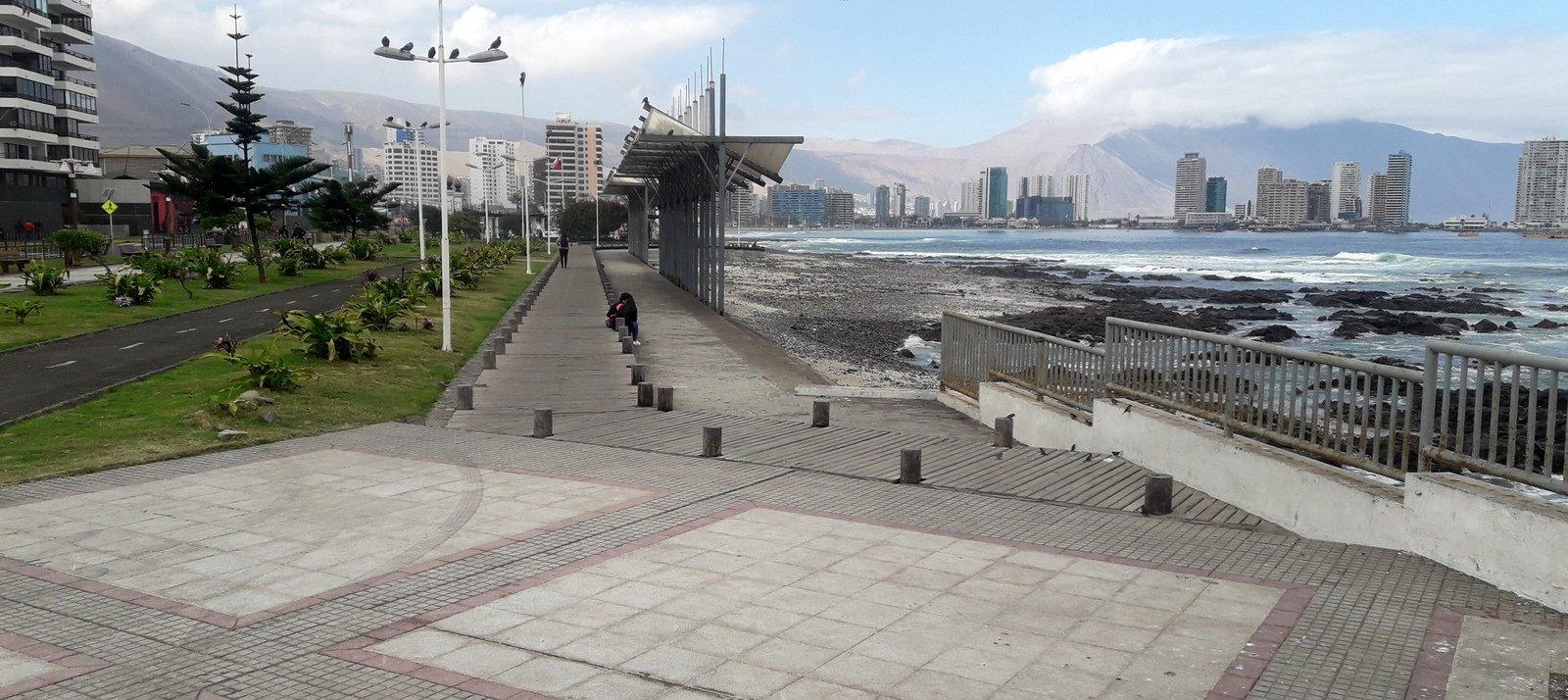 borde costero donde se ve la ciclovía y rutas peatonales separadas