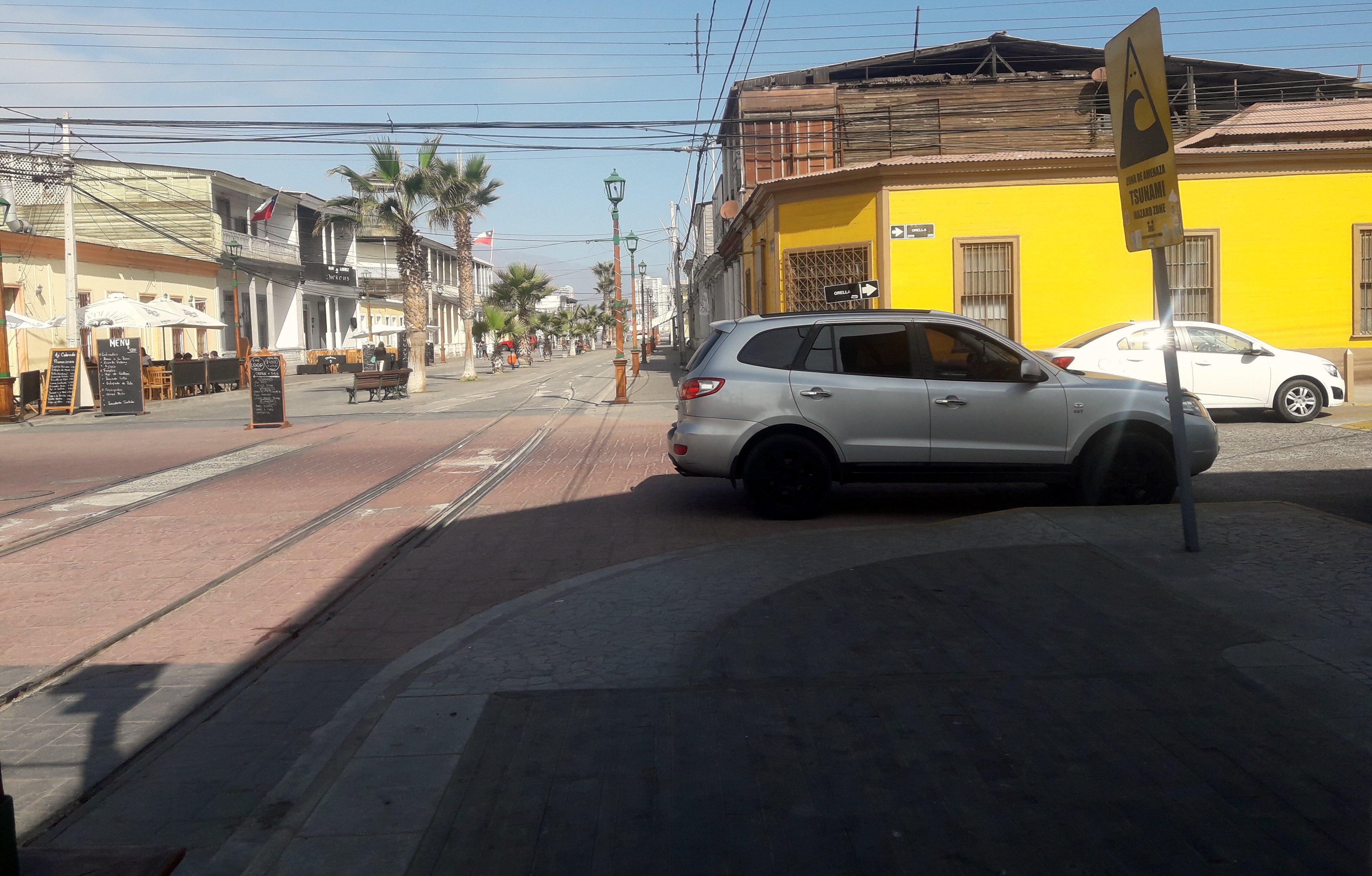 auto estacionado en el cruce de calles