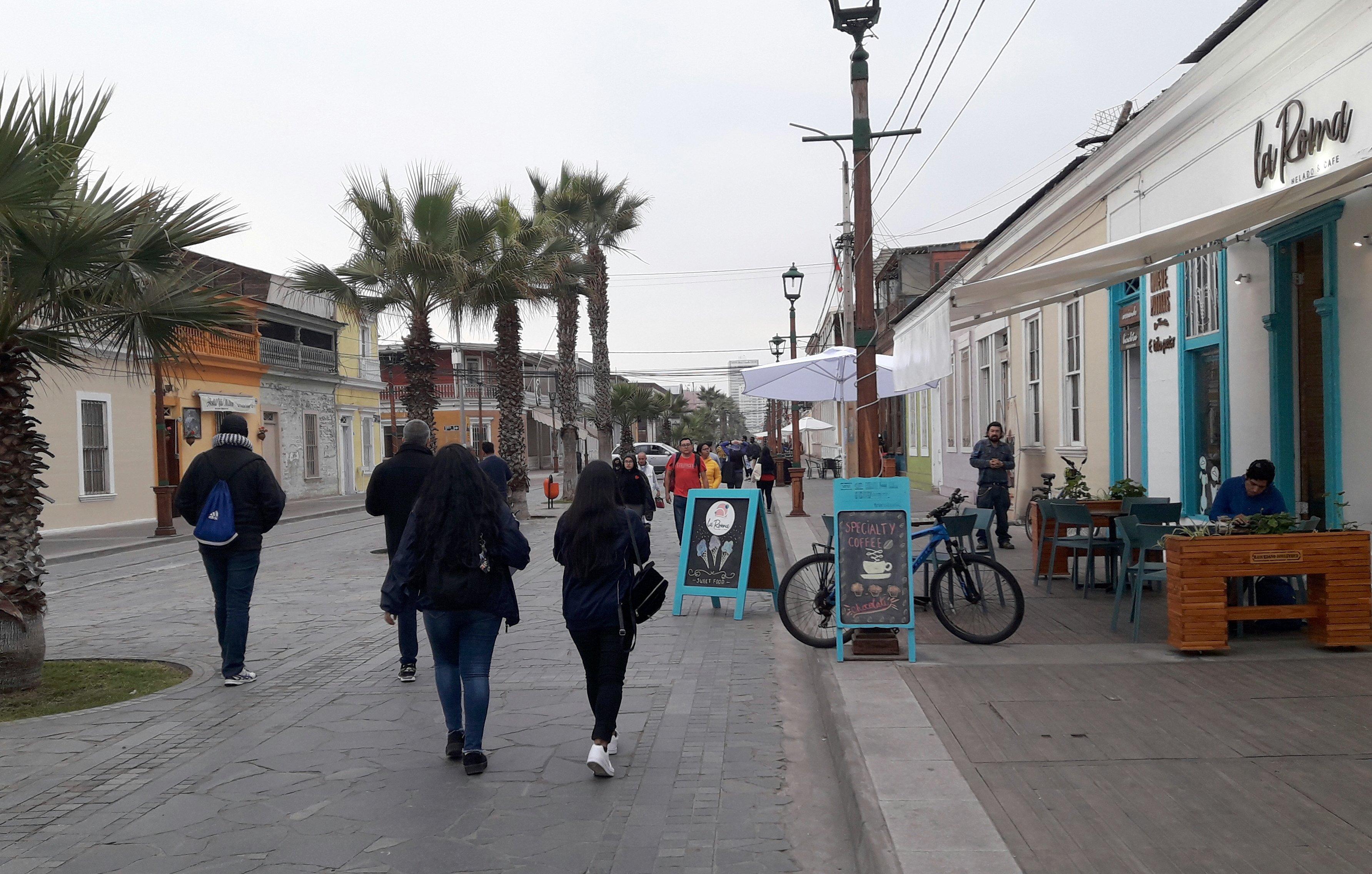 circulación en paseo baquedano se ven personas caminando y algunos letreros dispersos en medio