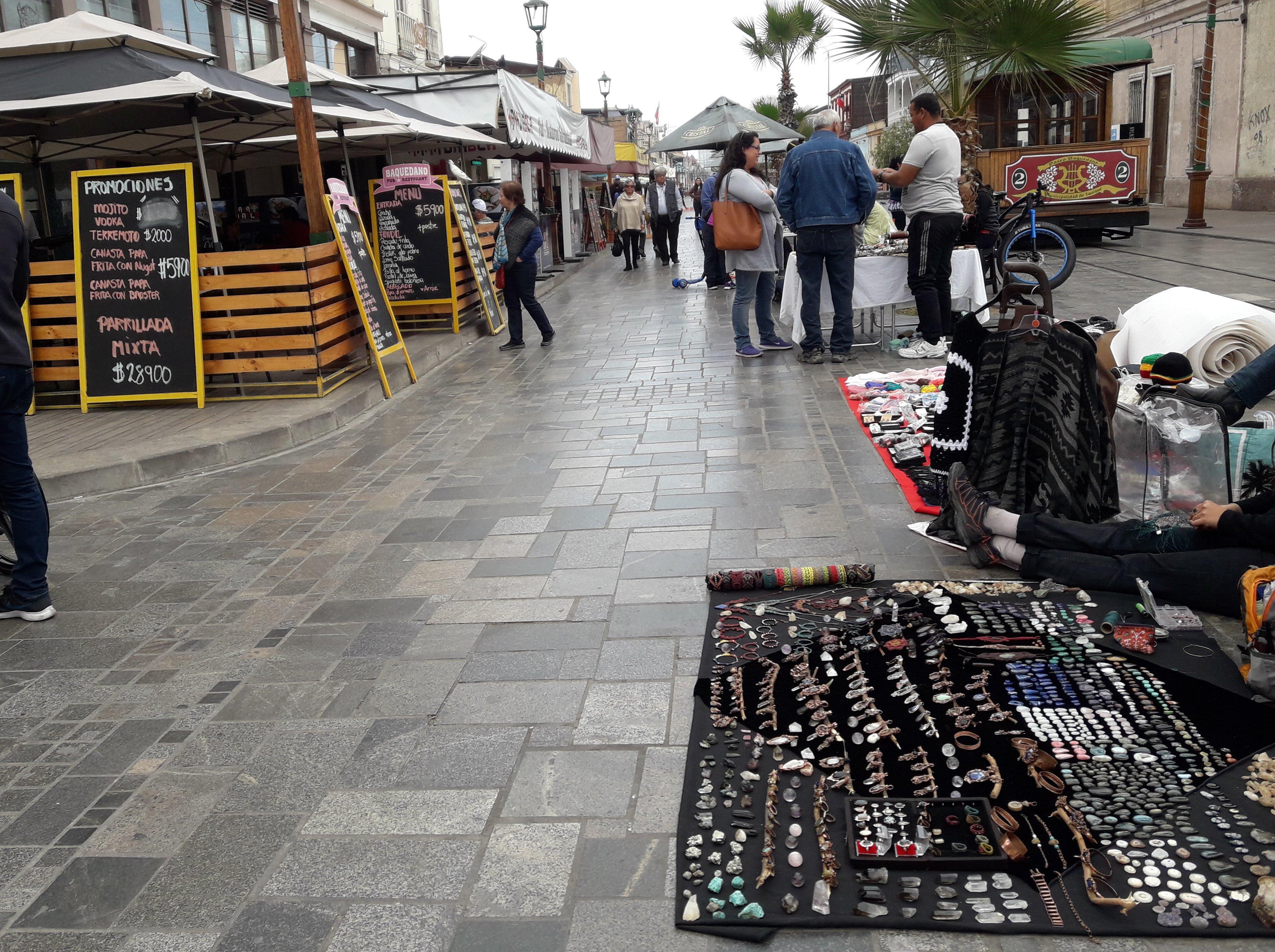 comercio ambulante con mercadería sobre el espacio de circulación