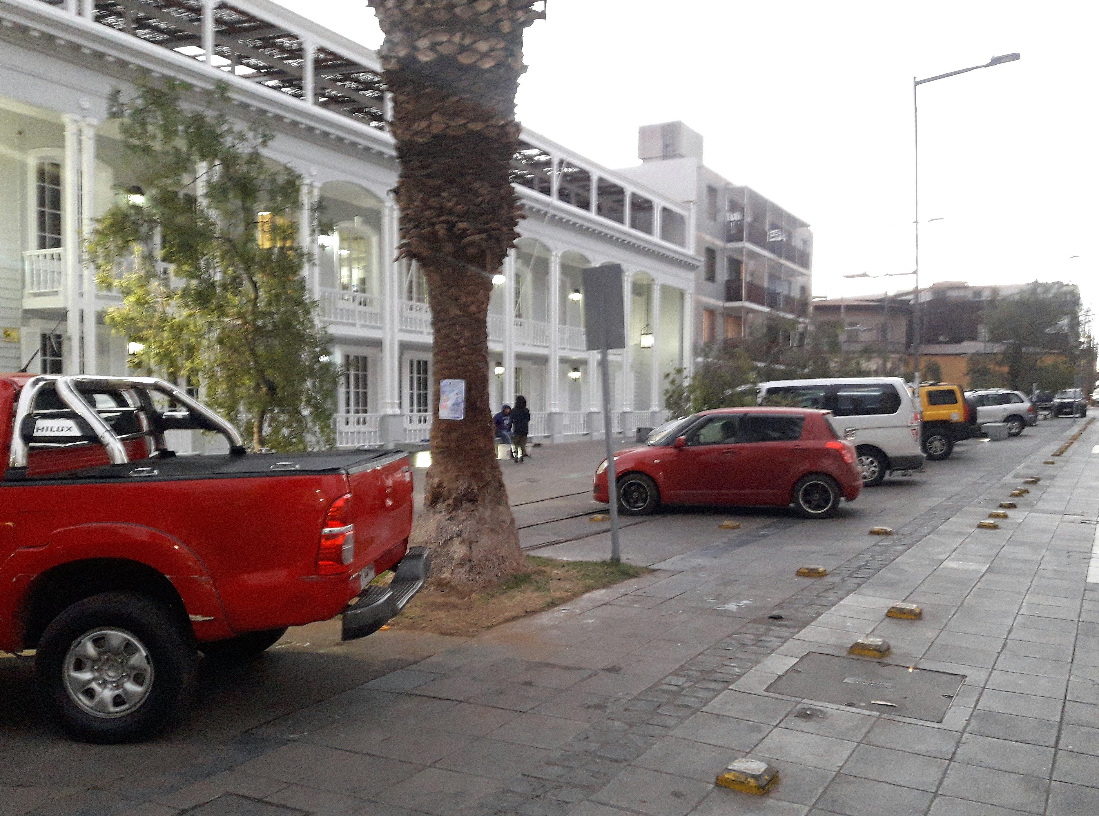 estacionamientos en diagonal frente a un edificio