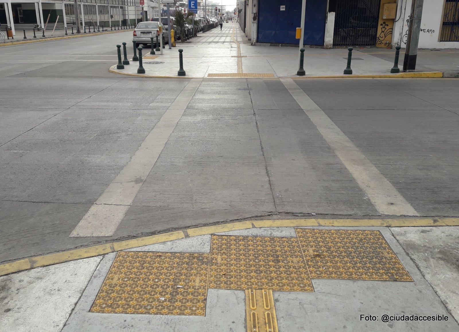 placa podotáctil de advertencia previa al cruce peatonal instalada sobre la rampa del rebaje en el encuentro con la calzada