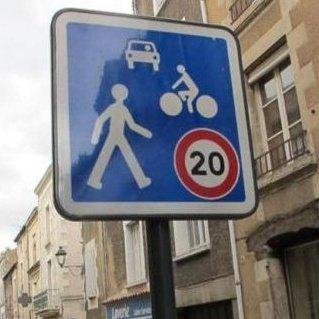 señalización de máxima 20 kilómetros por hora en zona compartida