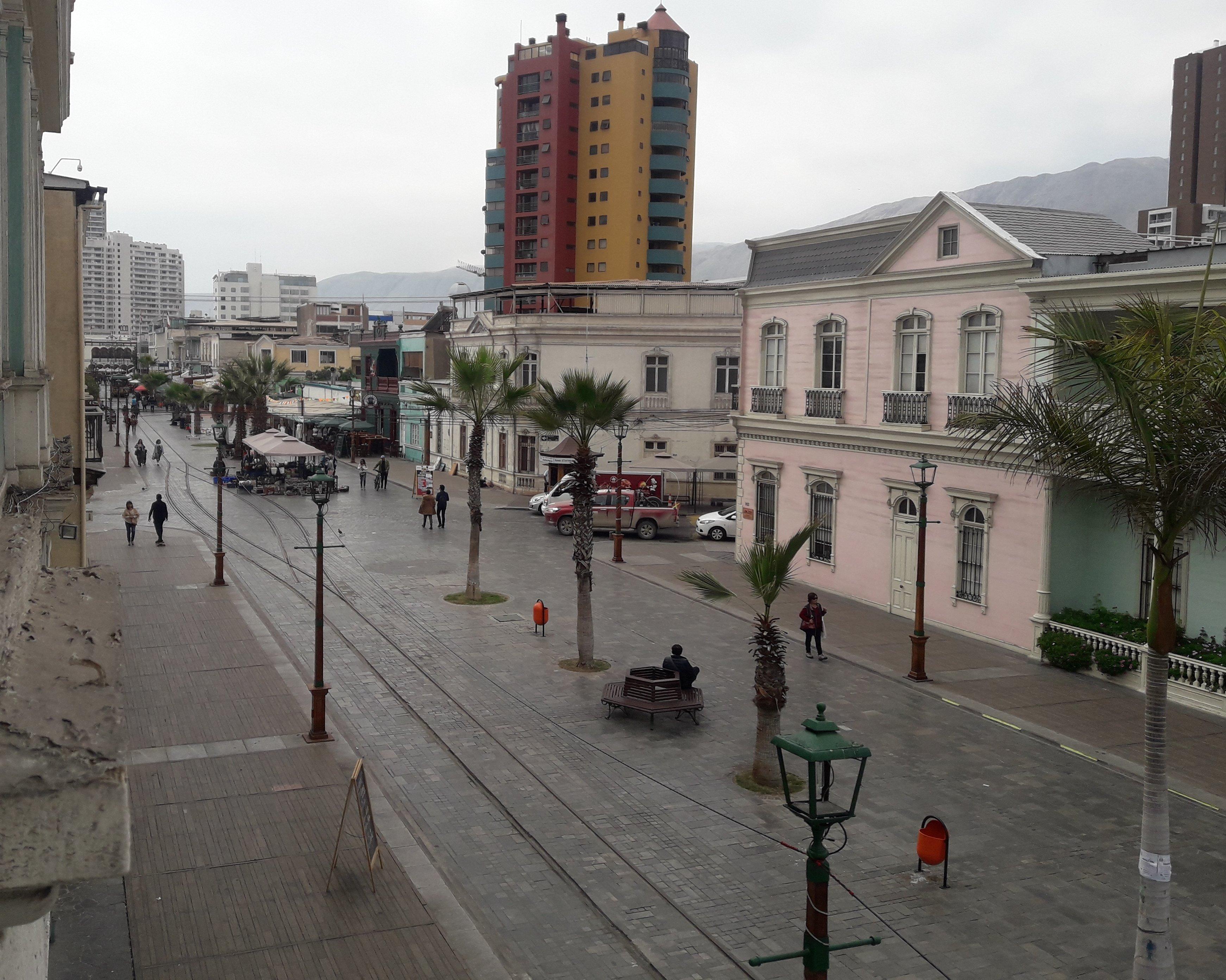 vista elevada del paseo peatonal con un edificio al fondo
