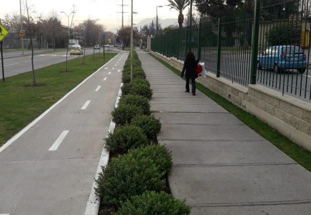 Buena infraestructura de ciclovía con separación física de la vereda