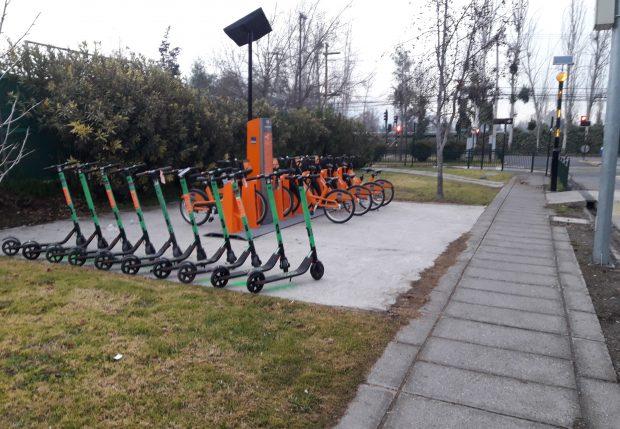 Estacionamientos de bicicletas y scooters fuera de la circulación peatonal en la acera