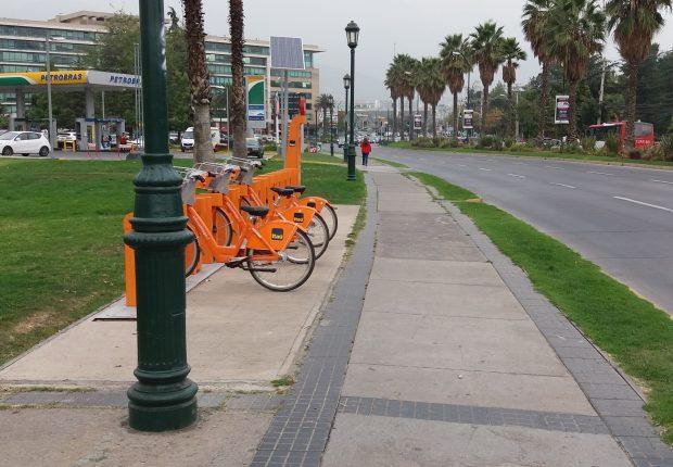 Estacionamientos de bicicletas fuera de la circulación peatonal en la acera