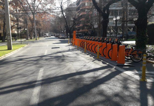 Estacionamientos de bicicletas sobre la calzada impiden buena visión en un cruce