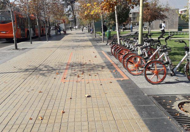 Bicicletas estacionadas en un espacio contiguo a la vereda sin interrumpir el paso peatonal