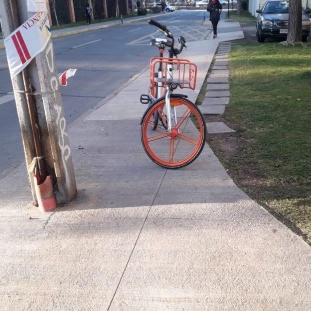 bicicleta estacionada sobre la vereda
