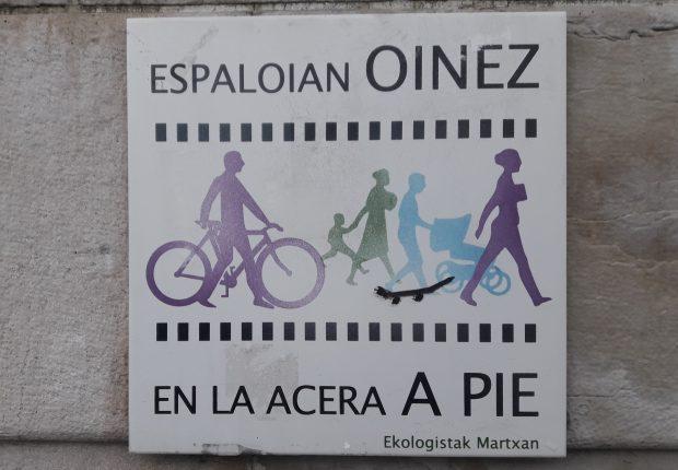 Señalización que indica uso exclusivo peatonal, se ve un ícono de ciclista a pie llevando su bicicleta