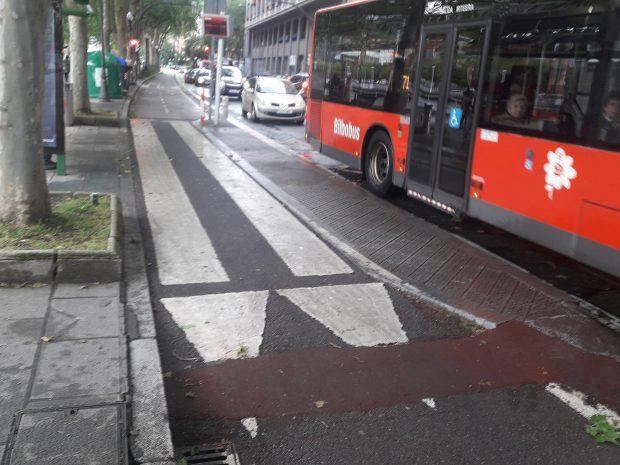foto de ciclovía que se enangosta entre el refugio y el andén en la parada del bus