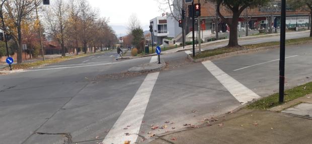cruce peatonal con una fuerte pendiente transversal a la circulación peatonal