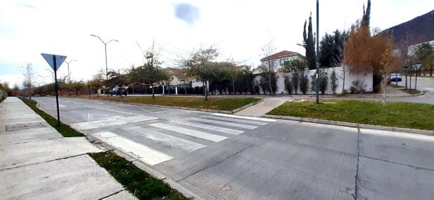 rebaje de vereda muy pronunciado para alcanzar la cota de la calle que mantiene una gran diferencia de altura con la vereda respecto a la calzada