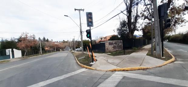 encuentro de dos veredas en un cruce con una fuerte pendiente para alcanzar la altura de la calle.