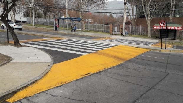 paso peatonal a nivel vereda cruzando una calle. este tipo de cruce ayuda en nivelar algo más el cruce en una calle con pendiente