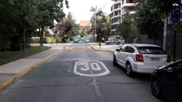 calle con una demarcación de velocidad máxima de 30 km/h. En el cruce la calle se enangosta acercando el espacio de cruce para los peatones