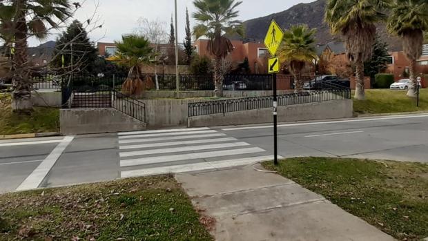cruce peatonal demarcado entre una vereda y una calle separados por una altura considerable. Al cruce se accede por una rampa que comunica la vereda con la calzada.