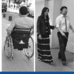 hombre en silla de ruedas y mujer guía a una persona que va con los ojos vendados y lleva un bastón guía