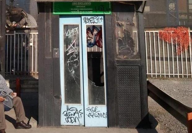 puertas rayadas y vidrios rotos del ascensor instalado en la pasarela peatonal de Pedro Nolasco